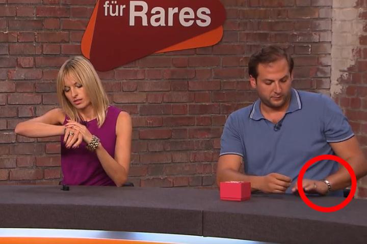 Julian (re) dreht seine Uhr auch auf die Innenseite. Elisabeth Nuding (li) probiert derweil ein Schmuckstück.