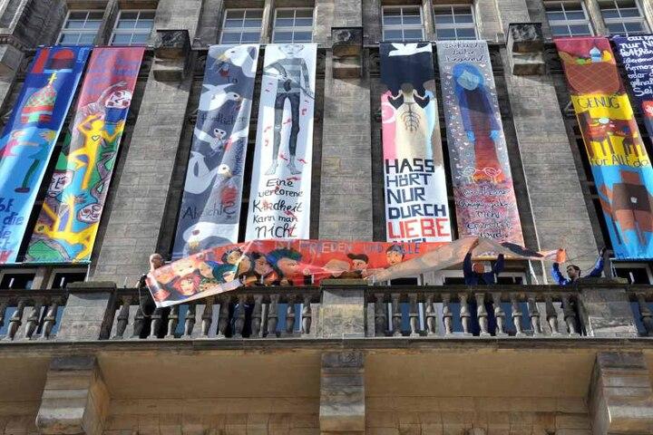 Bunte Banner am Rathaus zeugen seit Freitag vom Friedenstag, der am Sonntag  begangen wird.