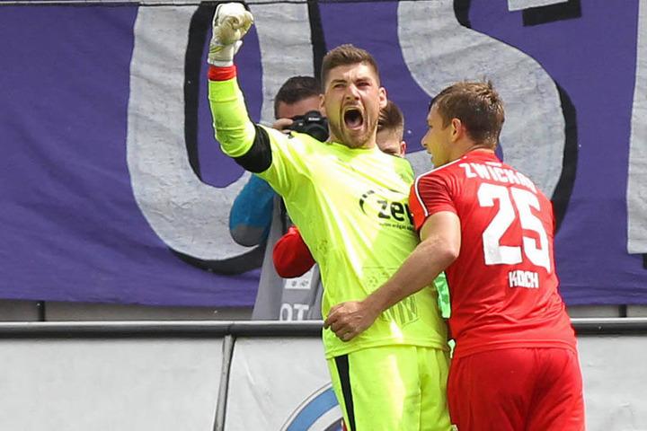 Johannes Brinkies jubelt! Gerade hat der FSV-Keeper einen Elfmeter gegen Osnabrück gehalten. Robert Koch beglückwünscht ihn.