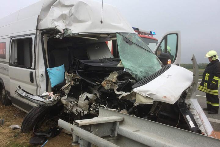 Der Transporter aus Polen wurde bei dem Unfall völlig zerstört.