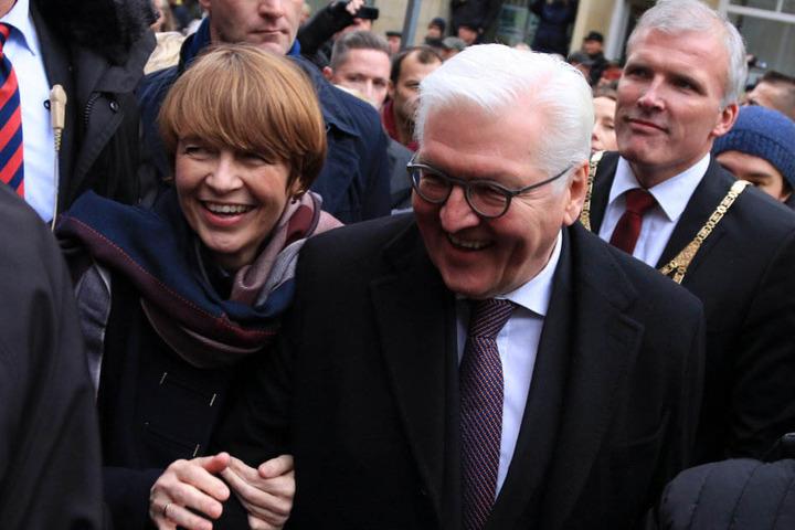 Bundespräsident Steinmeier und Frau Elke Büdenbender spazieren über die Krämerbrücke.