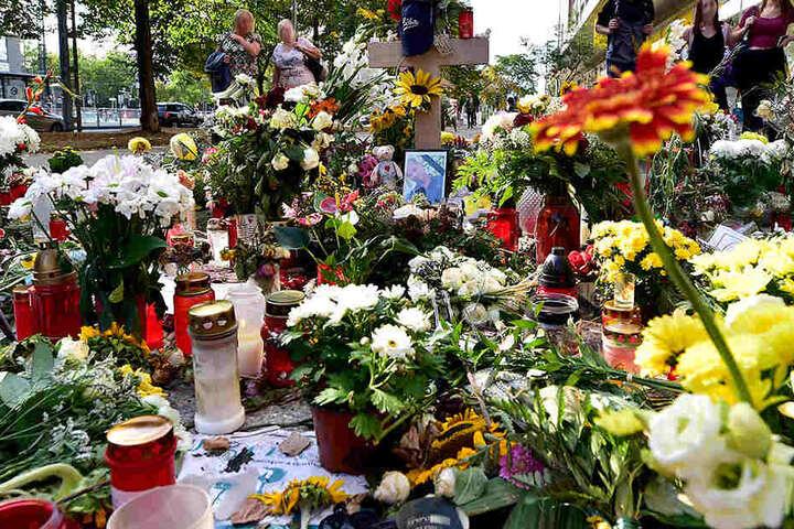 Blumen und Kerzen erinnerten am Tatort wochenlang an die tödliche Messerattacke.