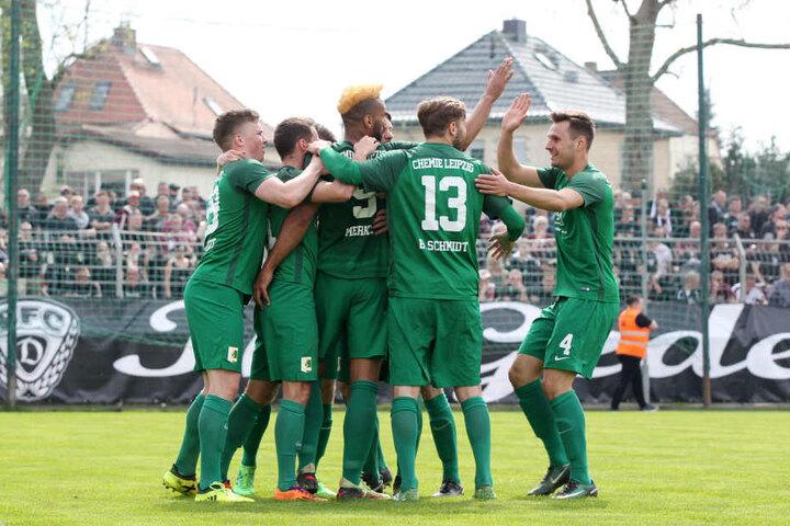 Die Kicker der BSG bejubeln den Siegtreffer zum 1:0 gegen den BFC Dynamo durch Pierre Merkel (blonder Irokese) am Sonntag. So wollen sie auch den Klassenerhalt feiern.