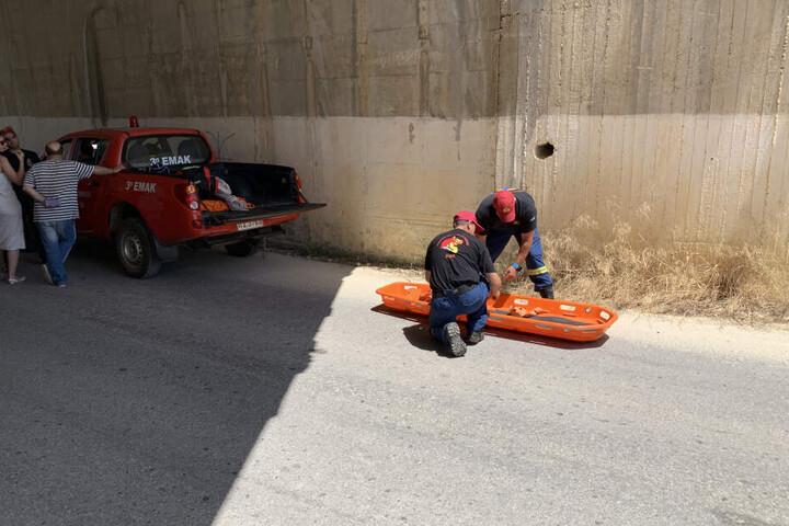 Rettungskräfte bereiten die Bergung vor.