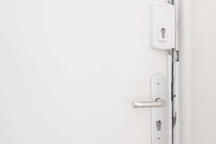 Der Täter soll die Wohnungstür verriegelt haben. (Symbolbild)