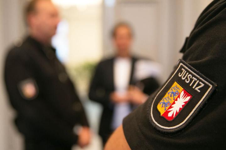 Ein Justizbeamter passt im Gerichtssaal auf. (Symbolbild)