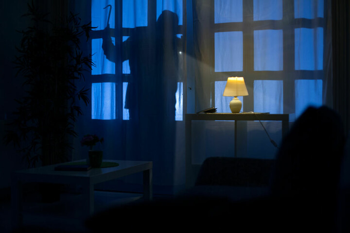 Der Mann drang durch ein Fenster in die Wohnung ein. (Symbolbild)