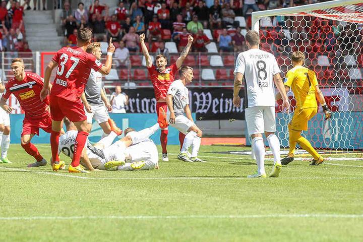 Großer Jubel nach dem 1:0 durch Florian Neuhold für Rot-Weiß Erfurt.