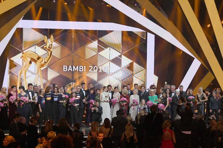 Alle Bambi-Gewinner und Laudatoren stehen nach der Verleihung auf der Bühne.