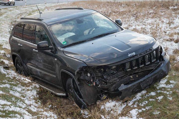 Der Jeep landete im Straßengraben.