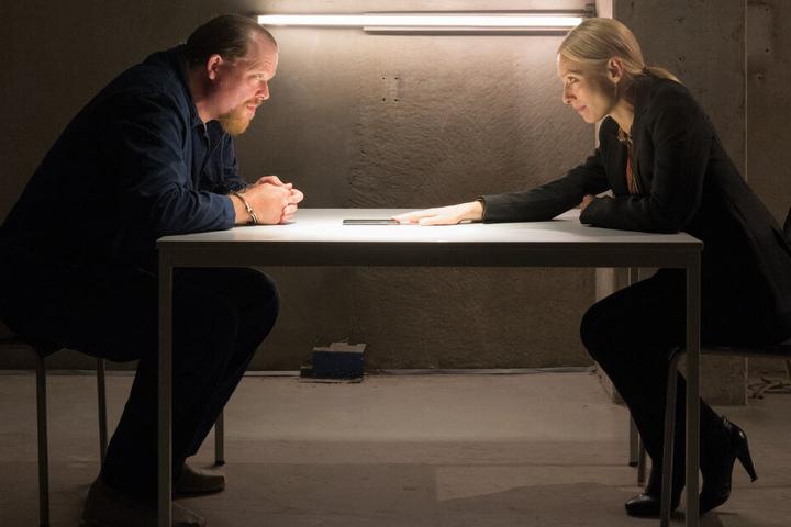 Dietmar Gernot (Bernd Hölscher) wird von Julia Durant (Sandra Borgmann) ins Visier genommen. Oder ist es doch anders herum?