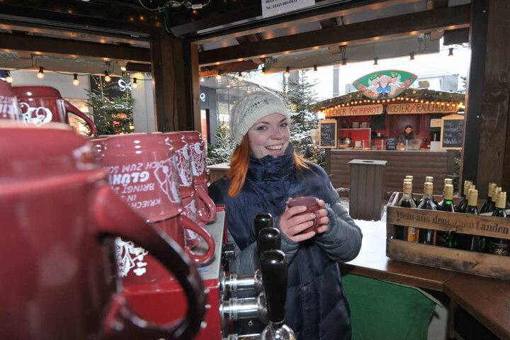 Auch Wochen nach der Adventszeit schmeckt Annemarie (22) der Glühwein am  Chemnitz Center noch.