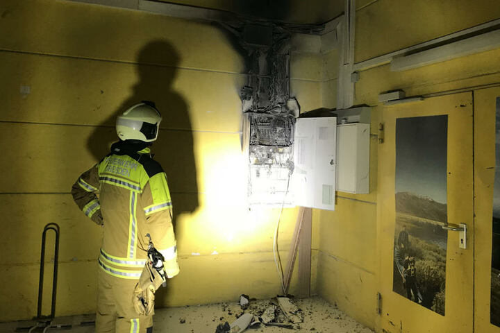 Der Mitarbeiter holte sich einen Stromschlag am Hauptschalter, der danach zu Brennen begann.
