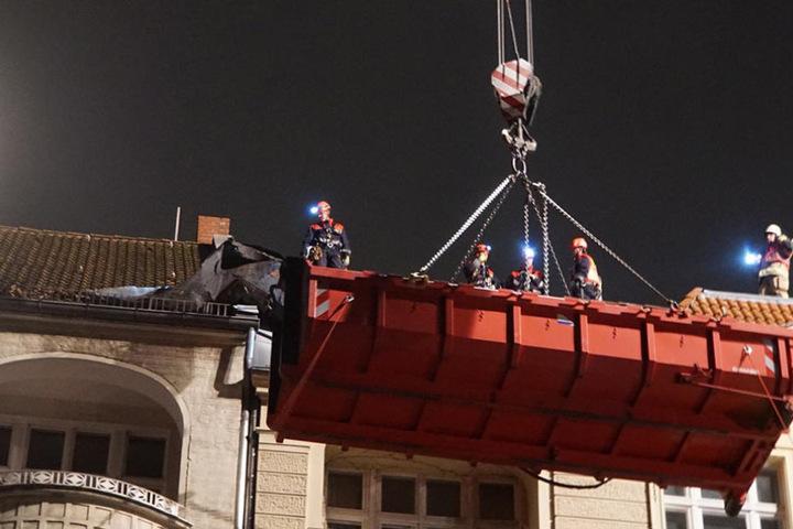 Um die Dachpappe und den Schornstein zu sichern und die gelösten Teile abtragen zu können, musste die Höhenrettung eingesetzt werden.
