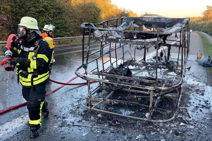 Nur verkohlte Trümmer blieben von dem Wohnwagen übrig.