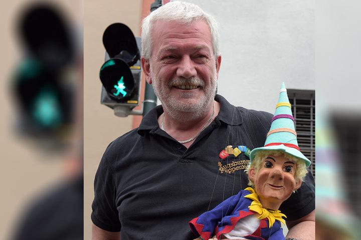 Der Leiter der Augsburger Puppenkiste, Klaus Marschall  mit der Marionette Kasperl an einer Ampel.