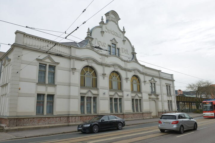 """Das Ballhaus """"Neue Welt"""" wurde 1903 gebaut. Jetzt bekommt die Fassade einen neuen Anstrich."""