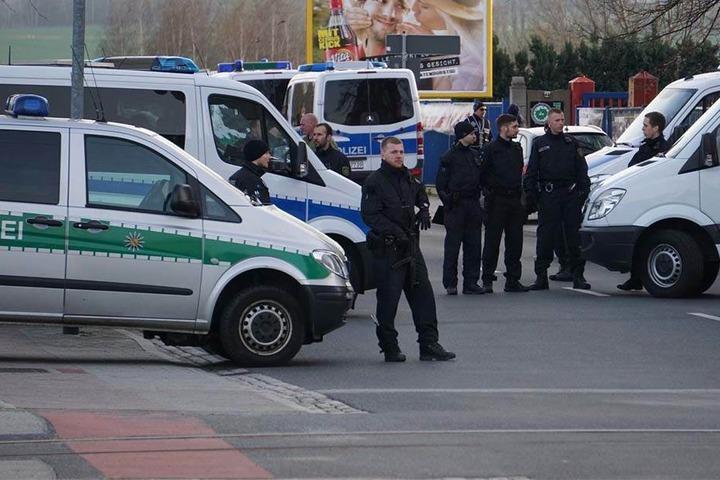 Die Polizisten kontrollieren die eintreffenden Gäste auf verbotene Symbole, Waffen und Drogen.