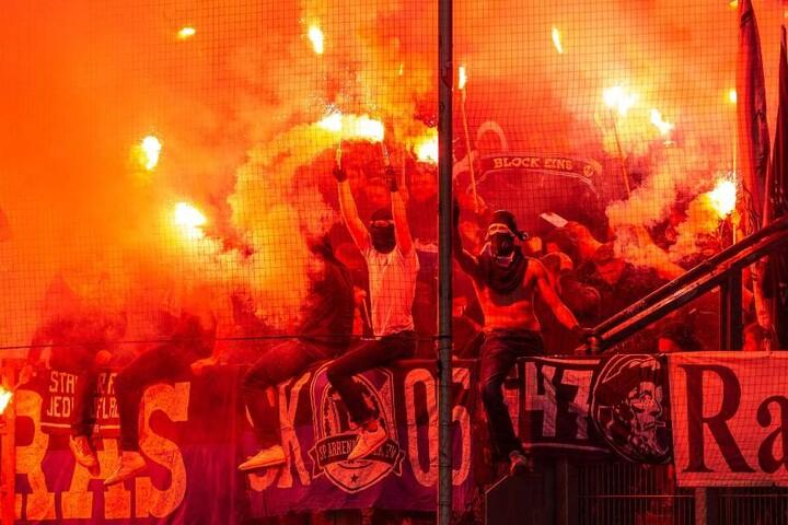 """Bielefelds """"Ultras"""" zündeten bengalisches Feuerwerk vor dem Anstoß."""