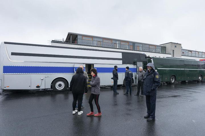 Beinfreiheit wie in der Business-Klasse: In solchen weiß-blauen Justizbussen werden Häftlinge quer durch Deutschland verschickt.