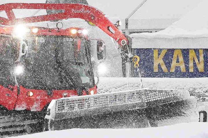 Heftige Schneefälle machen ein Rennen in Garmisch-Partenkirchen am Sonntag gänzlich unmöglich.