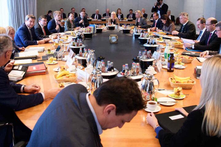 Das neue Kabinett in Bayern hat nach Landtagswahl und Koalitionsbildung seine Arbeit aufgenommen.