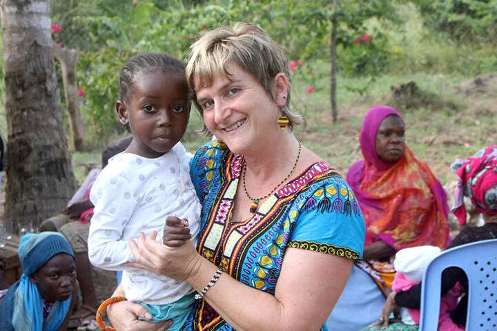 Beate Förster mit der kleinen Tatu in Kenia. Die niedlichen Kinder haben es  der Sächsin angetan.
