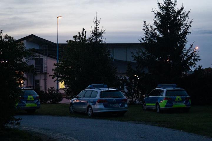 Einsatzkräfte der Polizei sperrten den Rastplatz weiträumig ab.