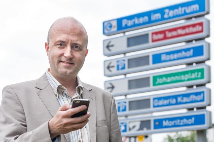 CDU-Stadtrat Michael Walther (46) will am liebsten moderne Anzeigen mit aktuellen Daten zu freien Parkplätzen verbinden.