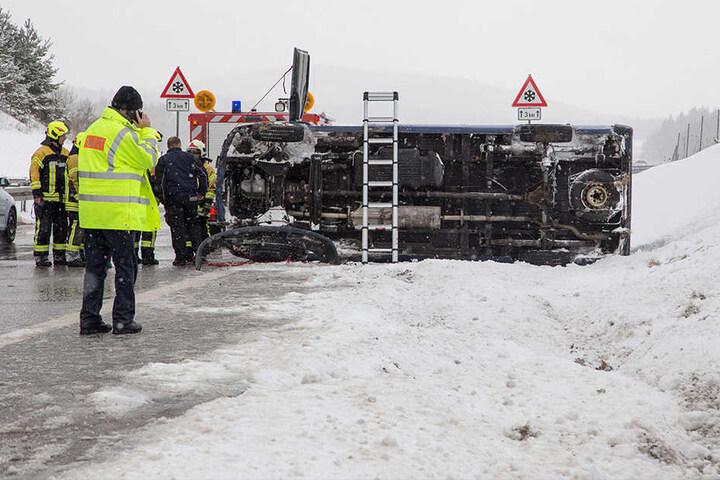 Der Fahrer konnte sich selbst aus dem Transporter retten.