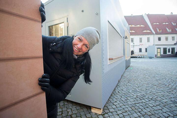 Schaustellerin Silke Walz (49) mit ihrer Kinderbackstube auf dem Zwickauer Weihnachtsmarkt.