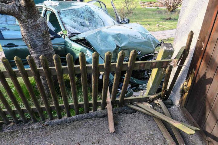 Der BMW krachte gegen eine Garage.