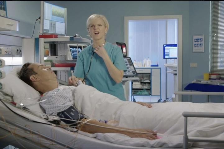 Hat ihren Fehler selbst bemerkt: Dr. Kathrin Globisch (Andrea Kathrin Loewig) vergaß beim Abhören ihres Patienten das Stethoskop in ihre Ohren zu stecken.