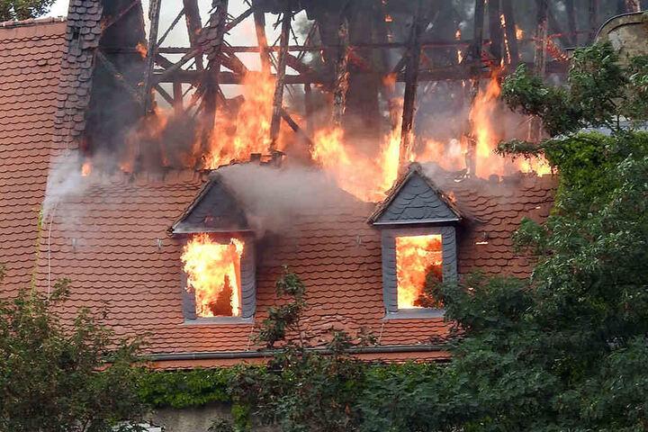 Aus bisher ungeklärter Ursache schlugen am späten Nachmittag Flammen aus dem Dachgestühl des leer stehenden Herrenhauses.