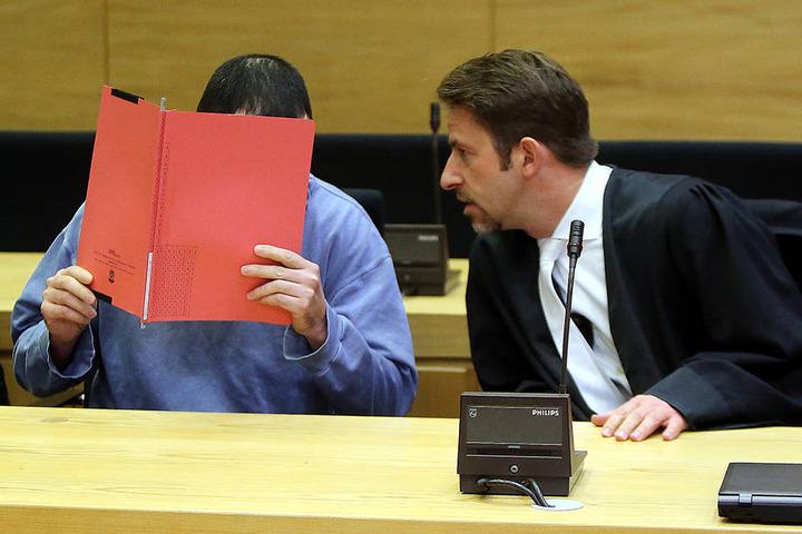 Alexander J. (36, li.) war 15 Jahre lang mit dem Opfer verheiratet. Nun ist er wegen versuchten Totschlags angeklagt. Sein Verteidiger Alexander Strato wendet sich ihm zu.