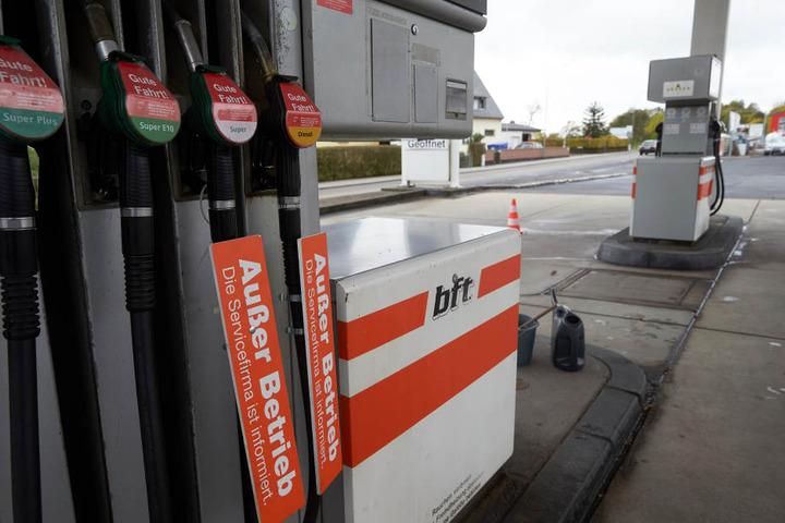 Das extreme Niedrigwasser des Rheins führt zu Engpässen und Preisanstiegen bei vielen Tankstellen.