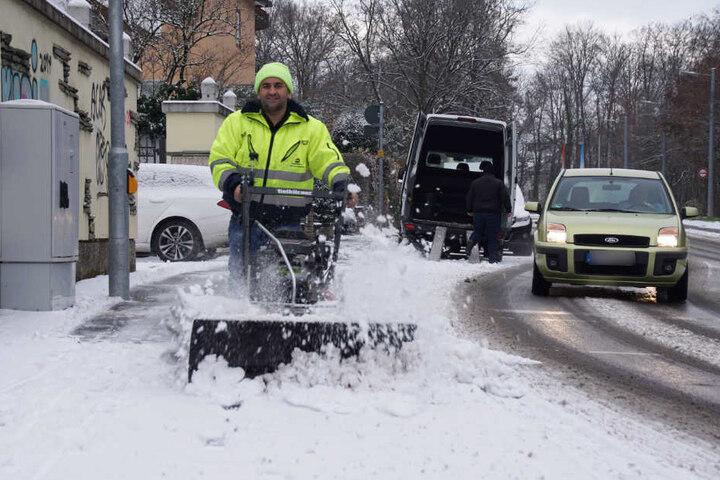 Mitten in Stuttgart: Mit der Motorfräse wird der Gehsteig vom Schnee geräumt.