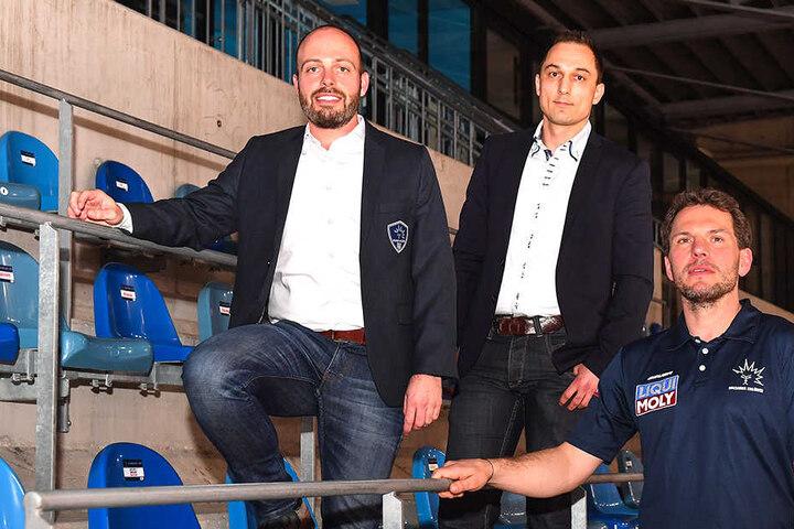 In der Halle posieren Maik Walsdorf (l.), Geschäftsführer Thomas Barth (Mitte) und Chefcoach Jochen Molling.