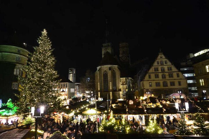 Was kann man Besseres einen Tag vor Weihnachten machen als zum Weihnachtsmarkt gehen und dort bei einem Glühwein klassische Musik anzuhören?