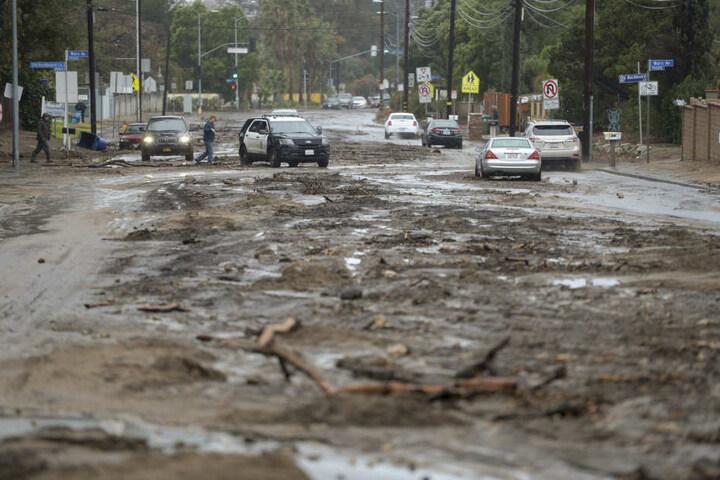 Die Straßen wurden von Schlammmassen geflutet.