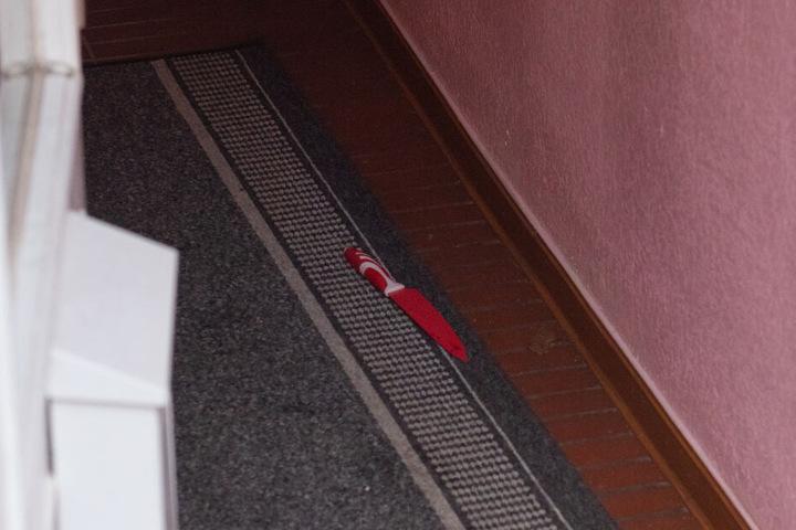 Die Tatwaffe lag auf dem Teppich in der Wohnung.