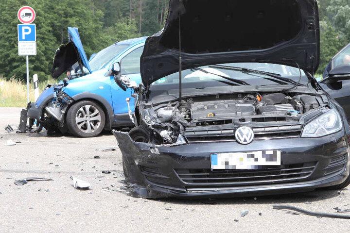 Ein Volkswagen und ein Dacia sind auf der Bundesstraße 25 in Bayern kollidiert.