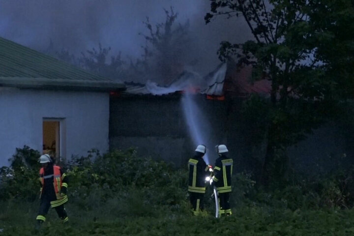 Einsatzkräfte löschen die letzten Reste des Feuers.