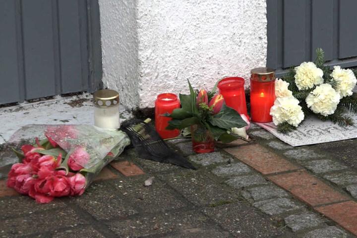 Freunde und Bekannte haben Blumen am Haus der getöteten Frau niedergelegt.