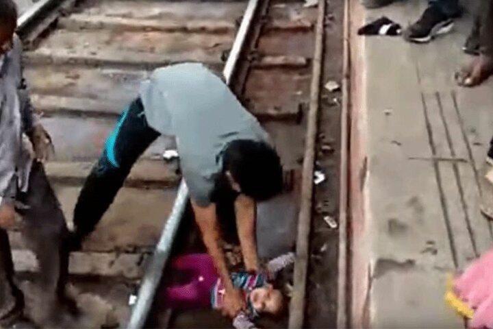 Das Baby ist komplett unversehrt.