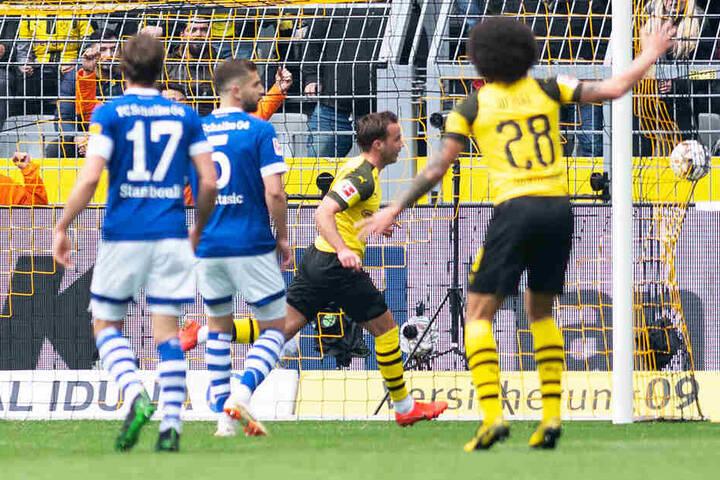 Da war die Welt des BVB noch in Ordnung: Mario Götze (Zweiter von rechts) brachte Dortmund in der 13. Minute per Kopf mit 1:0 in Führung.