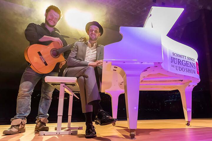 Martin Schmitt und Gitarrist Vicente Patiz spielen gemeinsam mit einem Orchester Hits von Udo Jürgens.