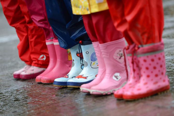 Am Wochenende sollte man aus wasserfeste Schuhe setzen. (Symbolbild)
