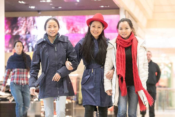 Und was machen Frauen gern? Shoppen! Doudou (22) und ihre Kolleginnen Lele  (25) und Dingding (21, v.l.) bummelten schon mal durch die  Stadt.