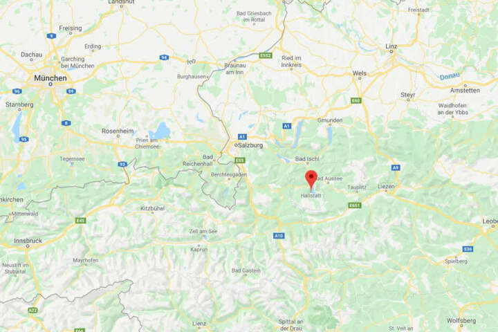 Hallstadt liegt direkt in den österreichischen Alpen.